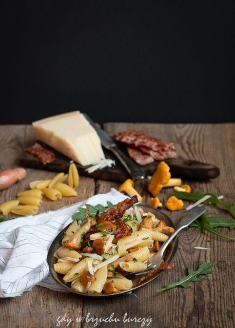 Makaron Castellane Parmigiane z kurkami, rukolą i chipsami z boczku