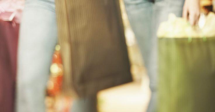 Ideias de marketing de guerrilha para varejistas de roupa. Marketing de guerrilha consiste em gerar comentários e burburinhos positivos para aumentar exposição de uma empresa, produto, serviço ou evento. Seu objetivo é empurrar uma marca para a frente de seu público alvo. No lugar de grandes orçamentos em esforços tradicionais de marketing, o de guerrilha é abastecido mais por promoções criativas e pelo ...