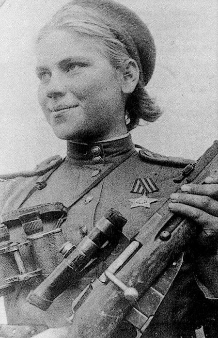 Roza Chanina Georgiyevna 1924-1945, tireur d'élite soviétique Seconde Guerre mondiale. Roza Iegorovna Chanina tuée au combat en 1945, on lui attribue 54 ennemis tués, dont 12 tireurs d'élite, pendant la bataille de Vilnius.