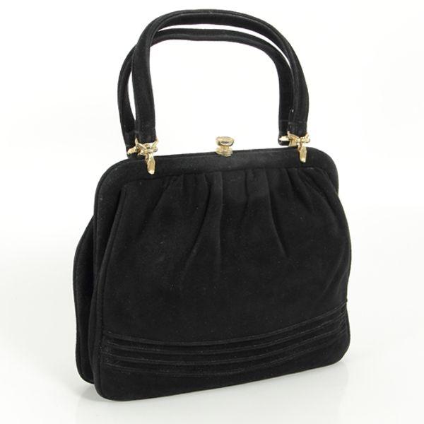 Questa deliziosa borsetta in velluto nero, originale anni '50, è l'accessorio ideale, si abbina perfettamente a tallieur e cappotti, ma anche a vestiti da sera o abiti da giorno.