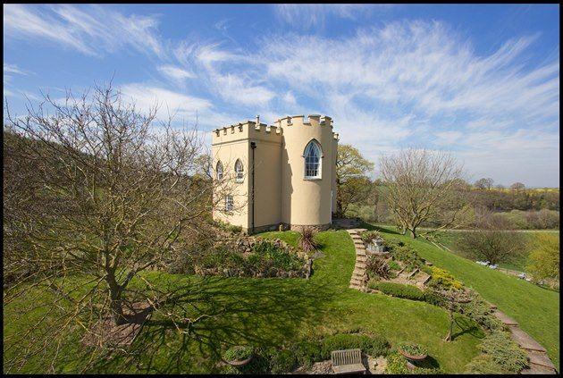 Zajímavá anglická zahrada ve svažitém terénu. Hezké členění malého prostoru.