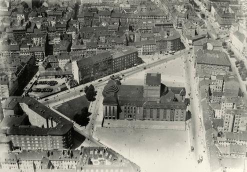 Berlin-Mitte, Volksbühne, Bülow-Platz, today Rosa-Luxemburg-Platz (built 1914 by Oskar Kaufmann, destroyed in 1944, reopened in 1954) – View of the building.  Aerial view, c. 1925.