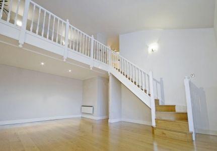 Escalera de madera pintada