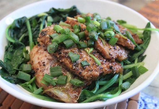 Deze dunne gemarineerde speklap bak je krokant in de grillpan. Lekker recept met spinazie uit de wok erbij. Makkelijk eten voor twee.