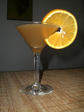 Amareto, becherovku, pomerančový džus, led dáme do mixéru a důkladně rozmixujeme. Vlijeme do sklenice a ozdobíme plátkem pomeranče.