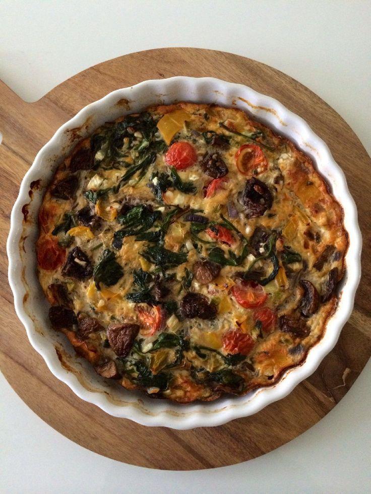 Wist je dat hüttenkäse boordevol eiwitten zit? Deze hüttenkäse quiche bevat weinig koolhydraten maar zit boordevol verse groenten en eiwitten. Perfect dus!
