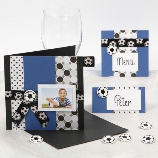 Lav selv konfirmations indbydelser med fodbold tema i sort, hvid og blå med portrætbillede, dekonitte og bånd.