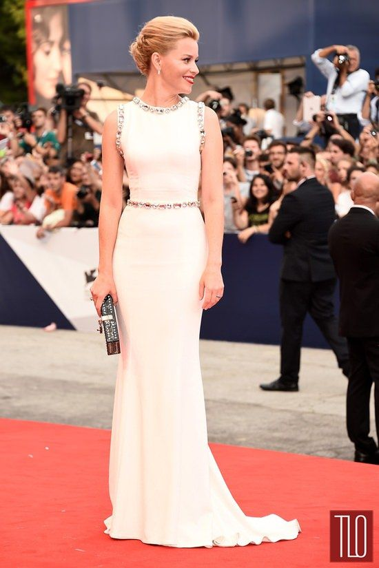 What a great look. I really want to know how her hair is doing that. [Elizabeth-Banks-Everest-Movie-Premiere-Opening-Ceremony-Venice-Film-Festival-2015-Red-Carpet-Fashion-Dolce-Gabbana-Tom-Lorenzo-Site-TLO (2)]
