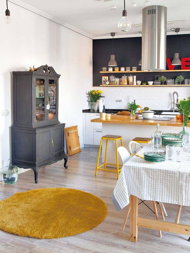 Cuisine ouverte esprit scandinave, blanc gris et bois, touches de jaune MC5