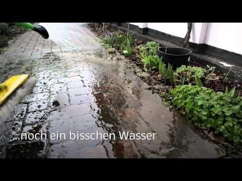 Terrasse reinigen fast ohne Chemie: Grünbelag & Co. natürlich entfernen
