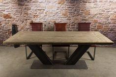Sehr eleganter Esstisch mit robustem V- Stahlgestell. Die Bauholz Tischplatte ist Standard 5 cm stark und liegt auf dem Stahlgestell. Die Tischplatte hat rundum eine auf Gehrung geschnittene Leiste.