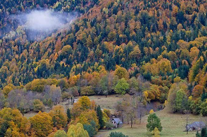 Valle de Arán, Lleida, Cataluña Los días de otoño en el Valle de Arán no son ni verdes ni blancos. La frondosidad de la primavera y el verano han quedado atrás y todavía queda un poco para que lleguen las primeras nieves al Pirineo catalán… Precisamente en ese justo momento es cuando esta comarca vibra con un manto vegetal multicolor. Si además le añades que está sembrada de pueblos de montaña con encanto y ermitas románticas tienes la combinación perfecta para una escapada rural.