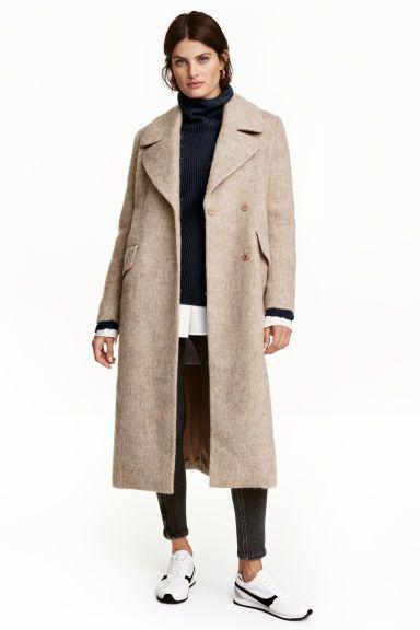 Manteau en laine mélangée: Manteau en tissu épais de laine mélangée. Modèle de longueur mi-mollet avec col et revers larges. Double boutonnage dissimulé et poches à rabat devant. Fente montante dans le dos. Doublé.