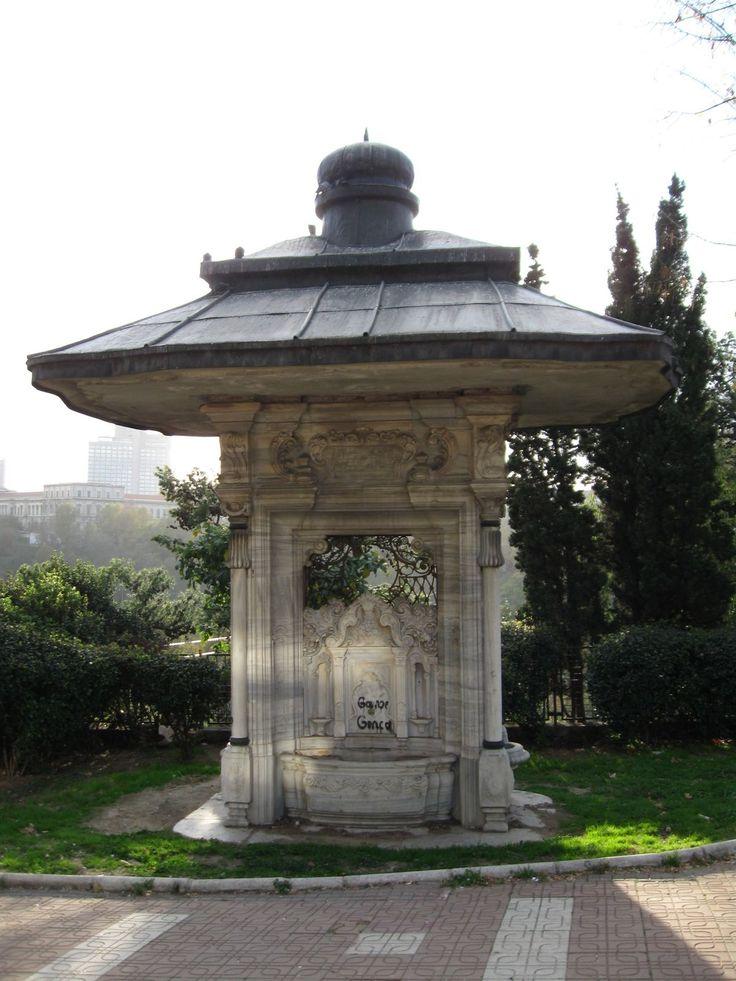 """Abdülhamid Han Çeşmesi-Maçka Demokrasi Parkı girişindedir. Fakat ilk yapıldığında Tophane'de Nusretiye Camii'nin önünde bulunmaktaydı. 1950′li yıllarda yolun genişletilmesi çalışmaları nedeniyle çeşme şimdiki yerine taşınmıştır. Çeşme Mimar D'aronco tarafından Barok mimari uslubu ile 1901 yılında yapılmış. Ayna taşları Türk Rokokosu uslubundadır. Yapım tarihini belirleyen son kısmı aşağıdaki gibidir; """" Âb-ı şirinin içüb """"bir"""" ile didim tarihini Eyyledi bu çeşmeyi bünyad Han Abdülhamid"""""""
