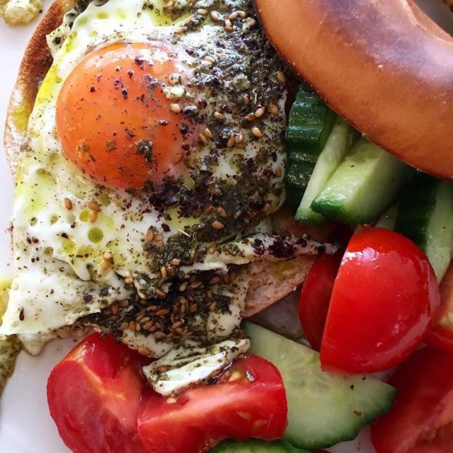 It's Saturday... 😋 Fried eggs in olive oil, with sumac and Za'atar, on toasted bagel and a salad. بيض مقلي بزيت الزيتون مع السماق والزعتر، على كعك محمص وسلطة #sweet #love #myworld #happy #weekend #west #london #home #samitamimi @sami_tamimi
