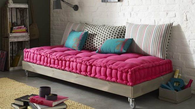 To place under the orange couch on wheels Banquette diy