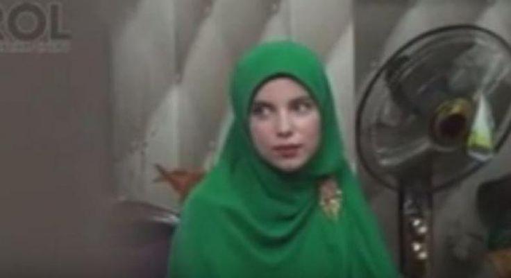 "Wanita Belanda Masuk Islam Ayahnya Mengusir Tapi Ibu Menangisinya  KONFRONTASI - Keputusan menjadi muslim bagi Siti Malikah Feer (29) bagikan menabuh genderang perang di dalam keluarganya yang masih belum beragama dan punya stigma negatif tentang Islam.  Oleh karena itu setelah bersyahadat di tahun 2003 Malika belum mendeklarasikan keislamannya di hadapan keluarga besar. Hingga suatu hari ibu Malikah menemukan catatan harian Malikah yang berisi Malikah telah memeluk Islam.  ""Jadi setelah 3…"