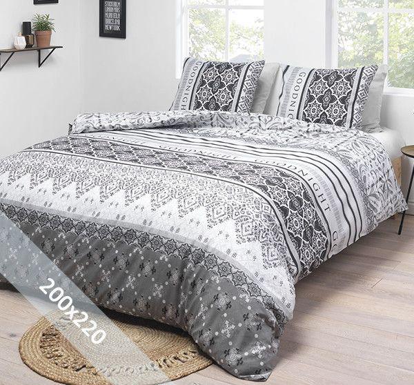 Aneeza dekbedovertrek 'Good Night'. Een tweepersoons (200x220 cm) dekbedovertrek van 80% katoen en 20% polyester met als basis een witte achtergrond. Hierop zijn verschillende symmetrische motieven in grijstinten gedrukt.