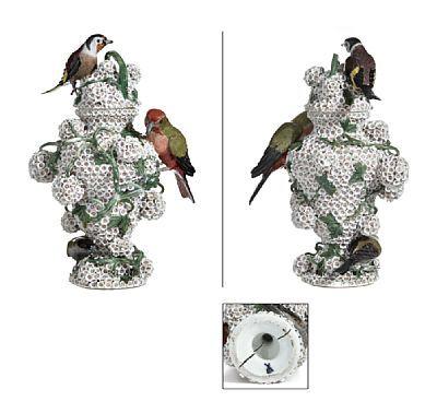 """""""SNEBALLVASE""""  Meissen. Rikt dekorert med små blomster med grener, samt tre ulike fugler. HØYDE 30,00 CM"""