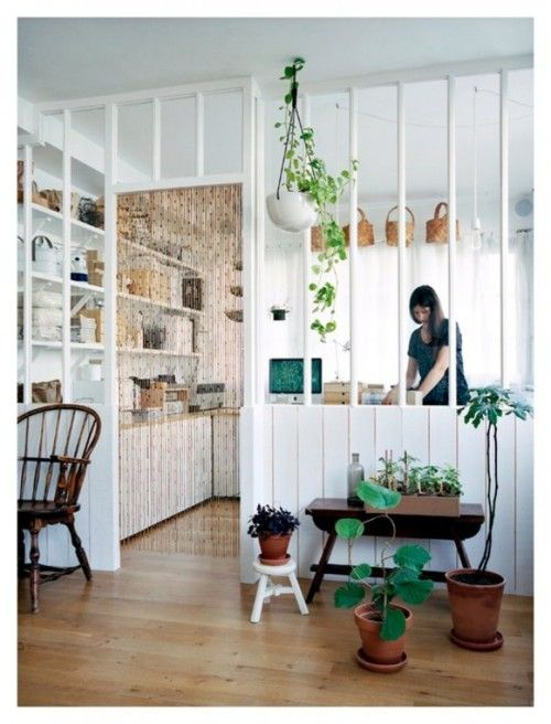 what a cute space! - cuisine - kitchen - parois vitrée - glass partition - blanc - white - parquet - wood floor