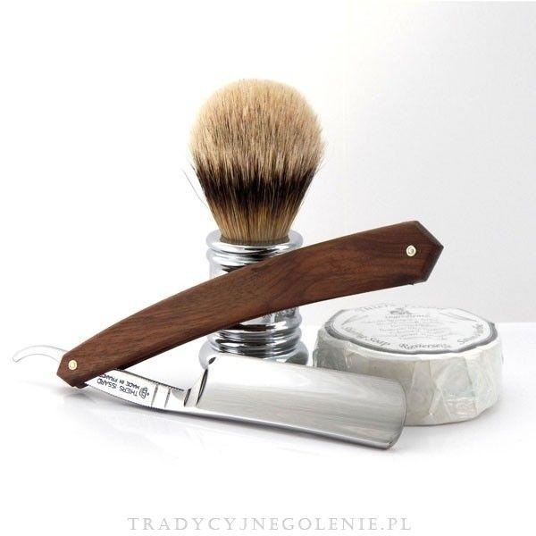 Przedstawiamy brzytwę z najwyższej półki Thiers Issarda wykonaną na nasze zamówienie z wysokiej jakości stali Carbonsong C135 silver w rozmiarze 6/8 z rączką z drzewa orzechowego. Prostota i elegancja. Wklęsłość ostrza 1/1, czoło klasyczne oraz rozmiar 6/8 sprawiają, że brzytwa jest doskonałym i jednocześnie eleganckim przyrządem do golenia.
