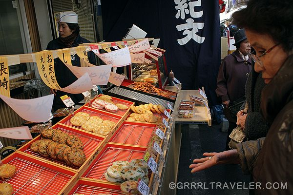 Eating Street Food in Japan:   Guide to Getting Around #Tokyo on the cheap and easy Photo: Market next to Tsukiji Fish Market