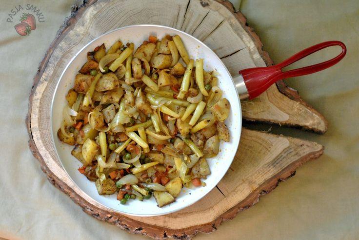 Proste i pyszne danie jednogarnkowe, a właściwie jednopatelniowe. Młode ziemniaki, młoda cebula i fasolka szparagowa. Robi się dość szybko i nie ma mowy o brudzeniu wielu naczyń. Takie sezonowe danie. Smacznego! Składniki: 4 średnie młode ziemniaki 1 cebula garść fasolki szparagowej garść mrożonej marchewki z groszkiem sól, pieprz 1 łyżka curry szczypta chili olej Wykonanie: Ziemniaki umyć i wyszorować. Pokroić w dużą kostkę, posypać curry i podsmażyć na małym ogniuCzytaj dalej...