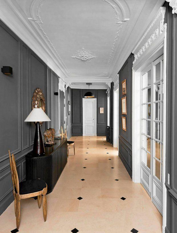 Szare ściany, śnieżnobiałe drzwi i sufit oraz metaliczne akcenty w kolorze starego złota - oto przepis na eleganckie wnętrze.