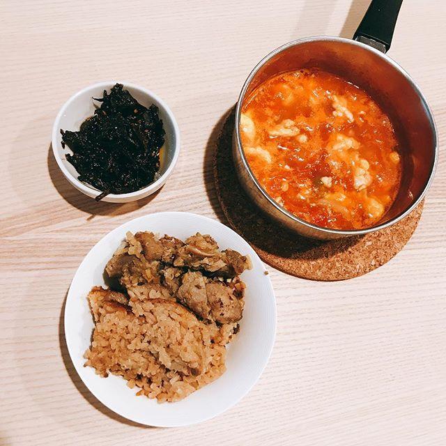 排骨飯·番茄雞蛋湯 #肉 #豚肉 #肋骨 #醤油 #チリ #ニンニク #トマト #卵 #スープ #マッシュルーム #ご飯 #美味しい #おいしい #昼ご飯