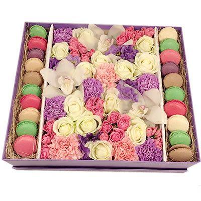 Коробка с цветами и макаруни http://www.dostavka-tsvetov.com/cena/makaruny-i-tsvety-v-shlyapnoy-korobke-nedorogo