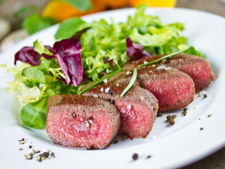 Zarte Lammlachse mit Salat