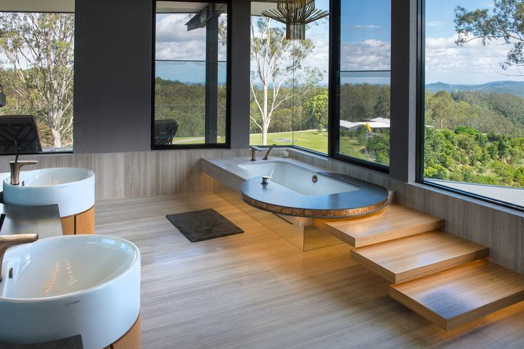 Luxurious bathing area overlooking greenery – and a rim-mounted bath mixer from the avantgarde Hansgrohe PuraVida range. | Campbells Pocket residence in Australia | Photo: David Sproule