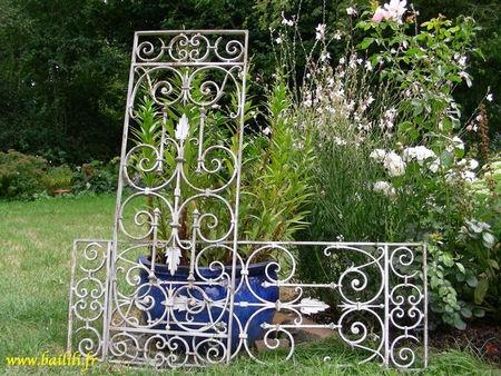 une ancienne t te de lit un ancien portail une grille en fer forg r cup r e dans une brocante. Black Bedroom Furniture Sets. Home Design Ideas