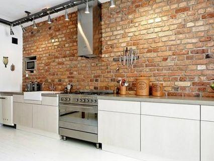 De industriële keuken met bakstenen muur