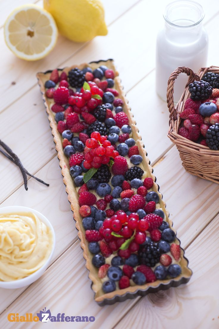 Un'esplosione di colori con la #crostata ai #frutti di #bosco! Elegante e deliziosa, è perfetta da proporre come #dessert ad una cena importante o per stupire gli ospiti! #ricetta #GialloZafferano #italianfood #italianrecipe #italiandessert