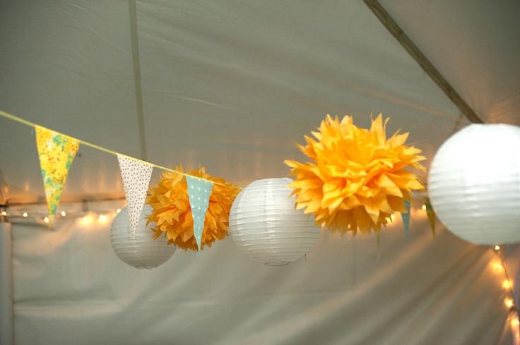 witte lantaarn en gele pompom