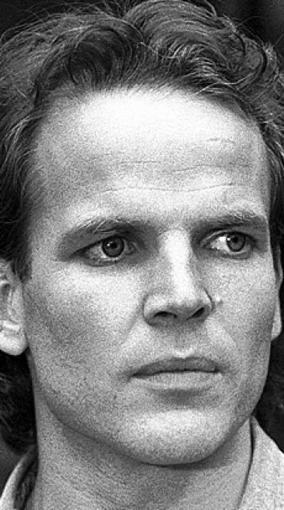 Mick Werup(*16. November1958alsJürgen MarvininHamburg; †7. Januar2011ebenda war eindeutscherSchauspieler. Nach seiner Schauspielausbildung in Hamburg erhielt er 1981 mehrere Fernseh- und Theaterengagements. Besonders bekannt wurde er durch die SerieDiese Drombuschs. Dort begann er 1983 und spielte 31 Folgen lang die Rolle desChris Drombusch. 1992 schied er aus der Serie auf eigenen Wunsch aus. Die von ihm gespielte Figur starb denSerientod. Am 7. Januar 2011 beging…
