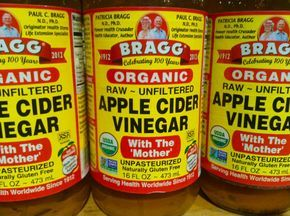 apple cider vinegar 12 Home Remedies For Poison Ivy, Oak, and Sumac