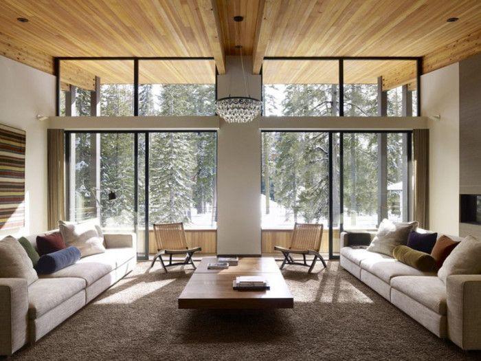 こちらは、天井のみにフローリングが施された例。自然な木目の美しさがインテリアのアクセントになっています。家具の配置も左右対称で美しいですね。