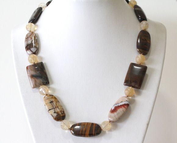 Colar de pedras naturais de jaspe marrom e pedras sintéticas de quartzo caramelo mesclado.