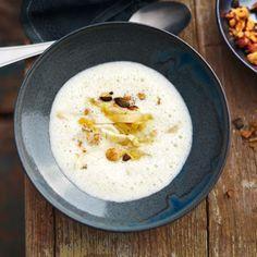 Chicorée steigt als Suppengemüse zu ungeahnter Größe auf. Zur Abwechslung kann man auch Endivie oder Radicchio statt des Chicorée für diese Suppe verw...