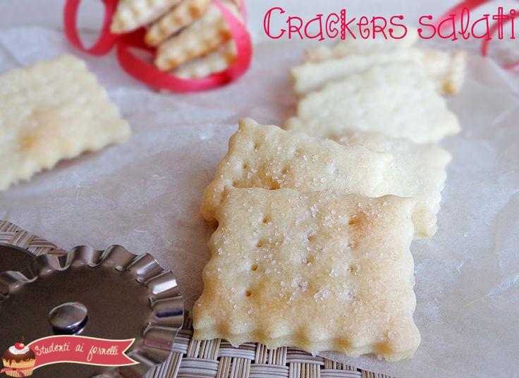 I crackers salati con lievito madre sono degli snack salati sfiziosi perfetti per un aperitivo o buffet. Ricetta semplice anche con lievito di birra.
