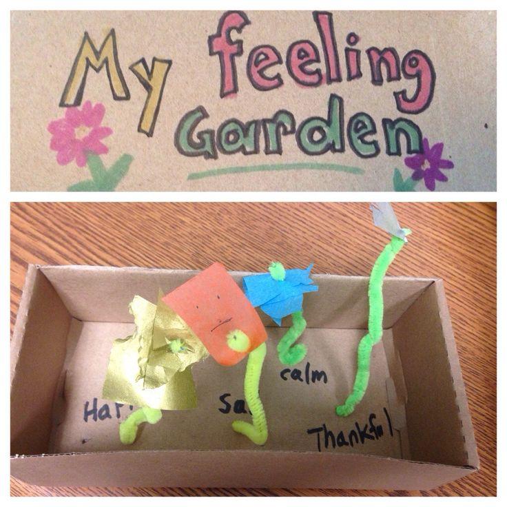 Bloempjes gemaakt van een stukje papier en een pijperager planten in een doos, elke bloem staat voor een gevoel of een herinnering.