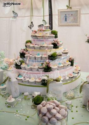 http://www.lemienozze.it/operatori-matrimonio/catering_e_torte_nuziali/torte-di-matrimonio-varese/media/foto/10 Cupcakes e macarons a forma di torta nuziale