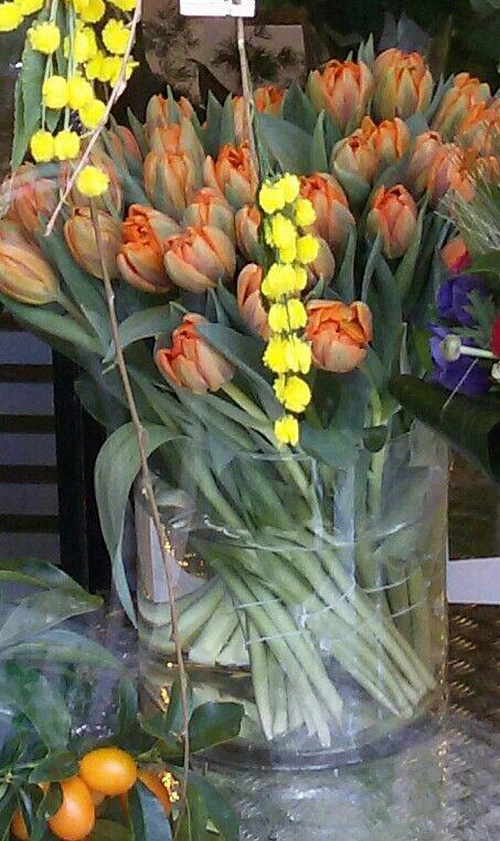 Tulipani arancioni, mimosa e mandarini cinesi