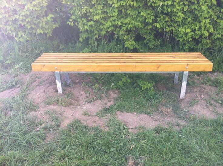 Při poslední části kampaně na jarní úklid nás už vítala nová lavička.