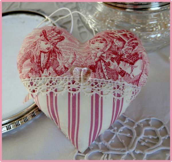 un tableau decore d'un cœur en laine rose