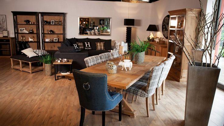 Nowoczesna propozycja mebli do jadalni, będąca połączeniem stylów: stół i krzesła nie od kompletu. Prostokątny, drewniany stół, który pomieści nawet 8 osób. Krzesła o 2 wzorach: krzesła szara kratka i krzesło obite materiałem z ćwiekami i ozdobnym uchwytem na oparciu. Obecna moda pozwala na dowolne łączenie mebli z różnych stylów.