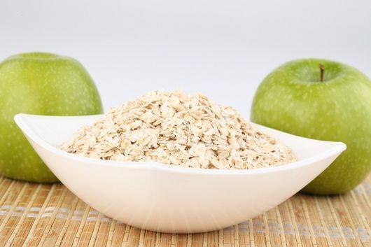 Овсяная диета – по мнению многих диетологов, самая полезная из всех злаковых видов диет. Это объясняется тем, что в состав овсяных хлопьев входят сложные углеводы – важный источник энергии для человеческого организма, растительные жиры, белки, минеральные вещества, витамины Е, РР, витаминная группа В, ретинол и различные микроэлементы, в частности калий, магний и железо. Кроме того, овсянка – это богатый источник