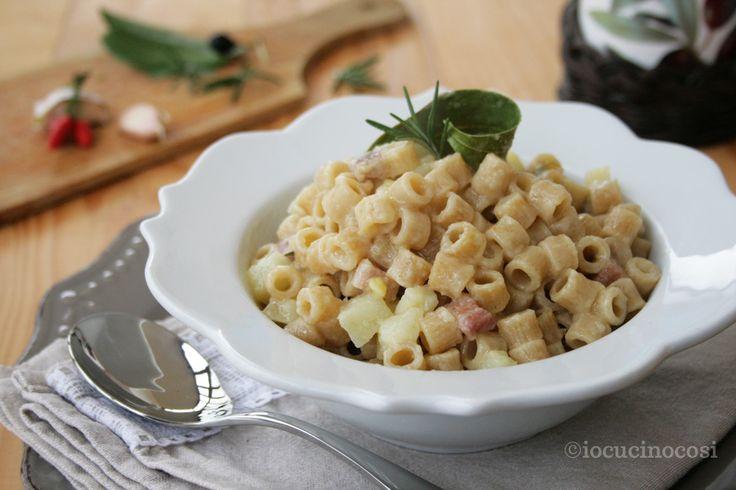 Pasta e patate, un classico della cucina del sud Italia, un piatto povero della tradizione contadina, calda, cremosa e confortevole.